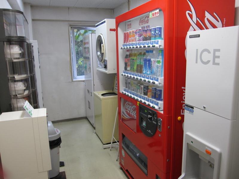 自動販売機、コインランドリ−、製氷機(無料)