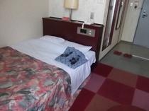 ダブルベッドルームです。ダブルサイズ(140cm)のベッドを使用しています。