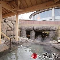 【阿蘇の湯】岩で作られた門構えの露天風呂