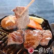 お肉の焼ける香ばしさがたまらない。陶板焼き懐石。