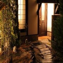 【メゾネット洋館風】〜浪漫館(ROMANKAN)〜客室玄関アプローチ