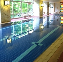 【室内プール】長さ25m、深さ90〜110㎝の大理石プール