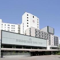 【ホテル外観】札幌市内から車で約50分。渓谷を見下ろす高台に立地