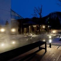 【希みの湯】ライトが樹木を照らし幻想的な夜の露天風呂