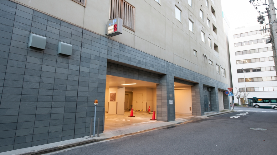 ~駐車場入口~駐車場は先着順。1泊1台1,200円。