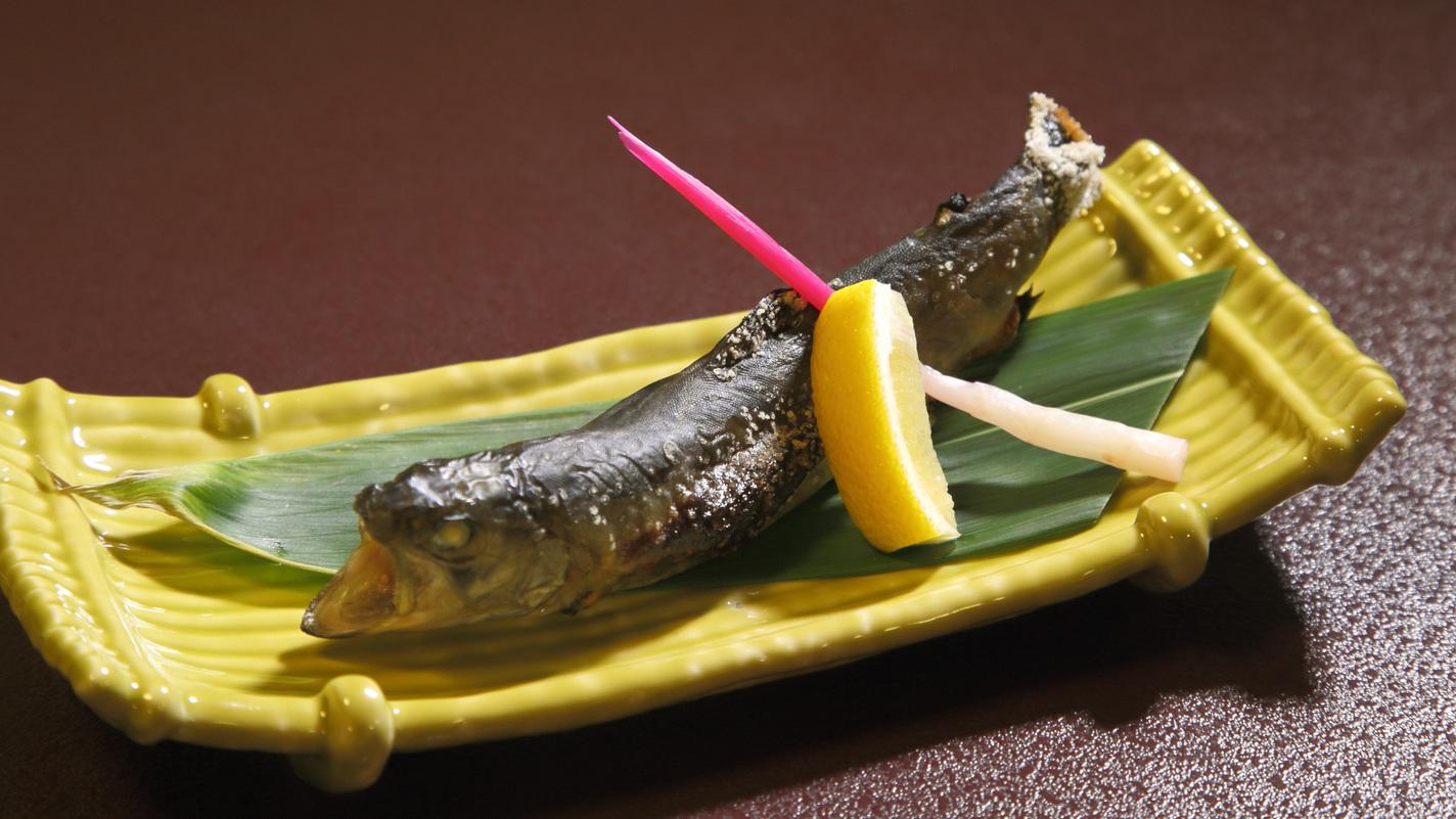 *お夕食一例:山の会席では川魚をご提供。頭から尻尾までお召し上がりいただけます。