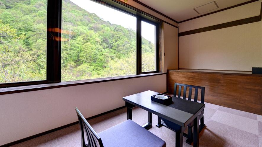 *新館和室(客室一例)/窓いっぱいに景色を眺める広縁での一時は格別です。