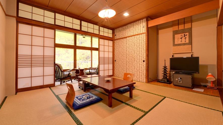 *本館和室(客室一例)/渓谷をのぞむ純和室。窓からの景色は自然の中にとけこむよう。