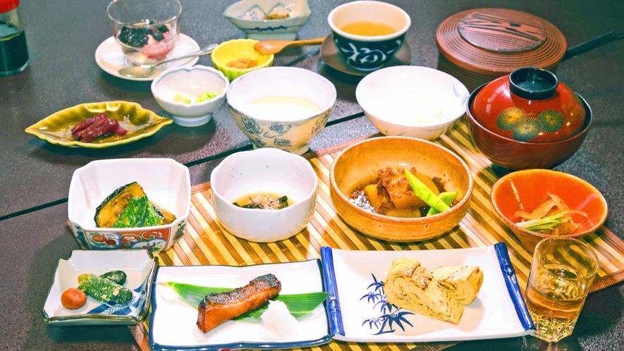 *朝食一例/朝でも手を抜かず、時間をかけた品目豊富な和朝食をお楽しみください。
