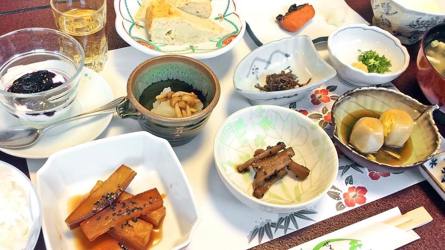 *ご朝食/天然水を用いた自家製のお豆腐を始め、品数豊富なヘルシー和朝食をご用意