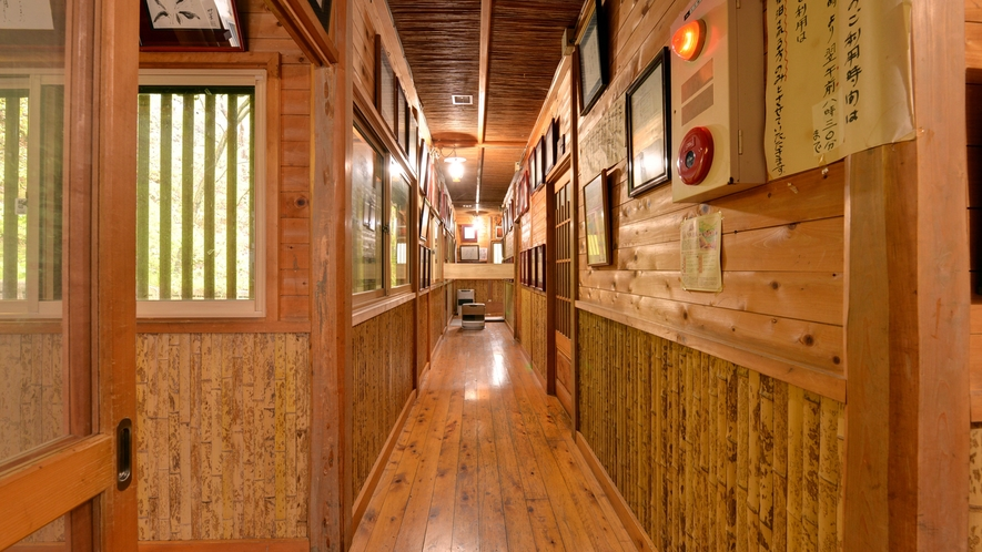 *館内(廊下)木や竹のぬくもりあふれる館内です。