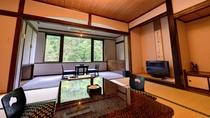 *新館和室(客室一例)/バス・トイレ付の新館和室。梁の色が印象的なモダンな雰囲気の和室。