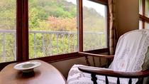*本館和室(客室一例)/窓からの景色。ゆったりと、一日中でも眺めていられそうです。