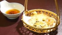*お夕食一例:お野菜の天ぷらは季節によって内容がかわります。画像は甘みが増すりんごの天ぷら。