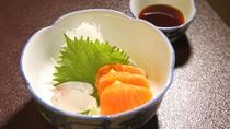 *お夕食/お造り一例。身が引き締まり、サッパリとした味わいの信州サーモンをお楽しみください。