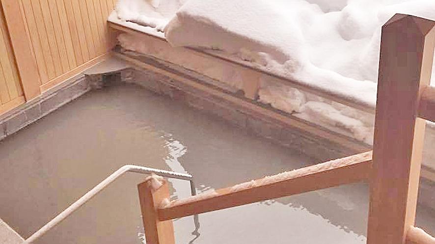 *露天風呂 五色の湯 冬の装い。泉質は一度入れば、もう虜!露天から臨む雪山と星空に癒され旅
