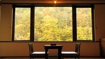 *新館和室(バス・トイレ付)紅葉の季節は絵画のような紅葉をお部屋からお楽しみいただけます。