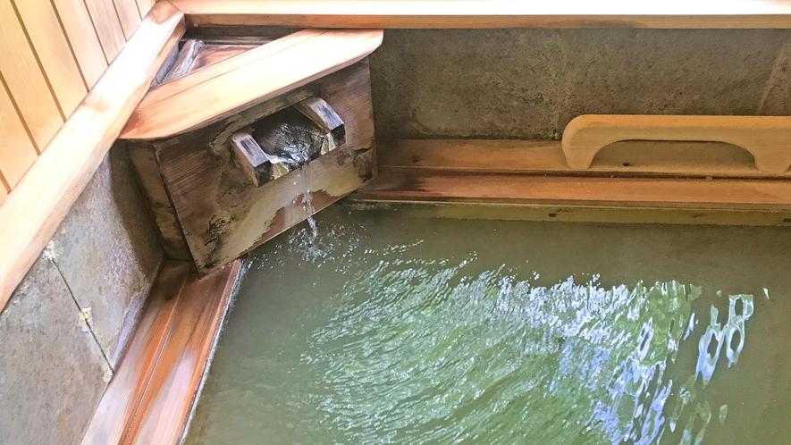 *五色の湯は、含ラジウム硫化水素泉の様々な効能を持った神秘の湯。天候の変化によって五色に変化します