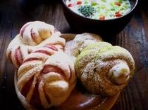 【ご朝食】和スウィーツをイメージして焼き上げた、紅芋ブレッド&抹茶とホワイトチョコチップブレッド!