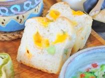 【パンメニューの一例】彩りも良く、お子様の好きな枝豆とチェダーチーズを使った『全粒粉ブレッド』