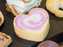 【パンメニューの一例】沖縄県特産紅イモのパン生地にミルククリームを巻き込んだ『ハートブレッド』
