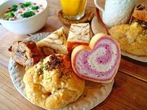 【ご朝食】風来荘の朝ごはん。オーナーが毎日焼き上げる、自家製天然酵母パン&スープは好評です♪