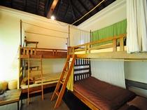【4人部屋(2段ベッド×2)】お友達同士でも、各ベッドにカーテン・ランプが付いているので安心です!