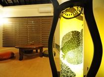 【琉球畳の和室(6畳)】間接照明の明かりでさらに雰囲気のある和室に