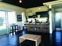 【カフェスペース】フロント兼カフェですが、21時まではフリースペースとしてご利用頂けます。