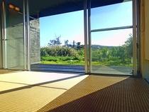 【琉球畳の和室(6畳)】大きな窓を開放してゆったりお寛ぎください。