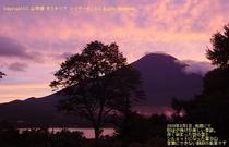 夕焼けの空に映える富士山