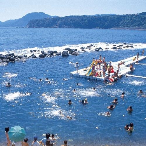 【7月中旬〜8月中旬】石花海の目の前には海水浴場『ウキウキビーチ』