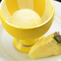 【夕食一例】アイスとパイナップル
