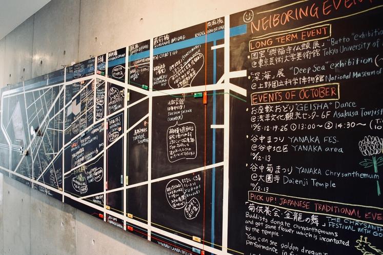 1階廊下の掲示板。スタッフおすすめの季節のイベント情報を掲載しています。