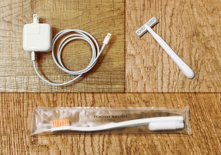 歯ブラシ&歯磨き粉、ヒゲ剃りは50円で販売。スマホの充電器などもご用意しています