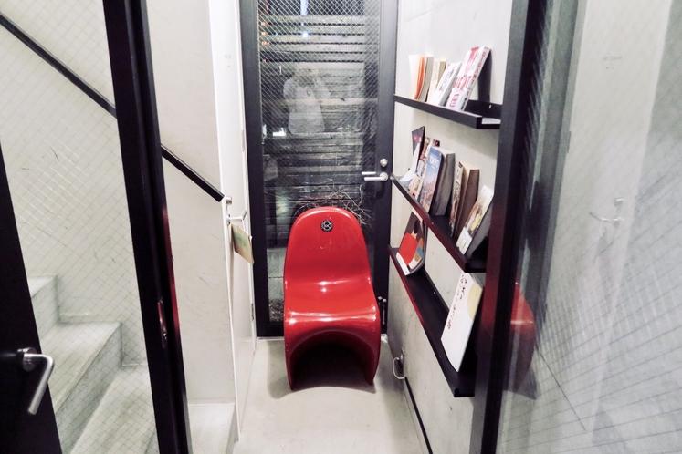 階段下の読書コーナー