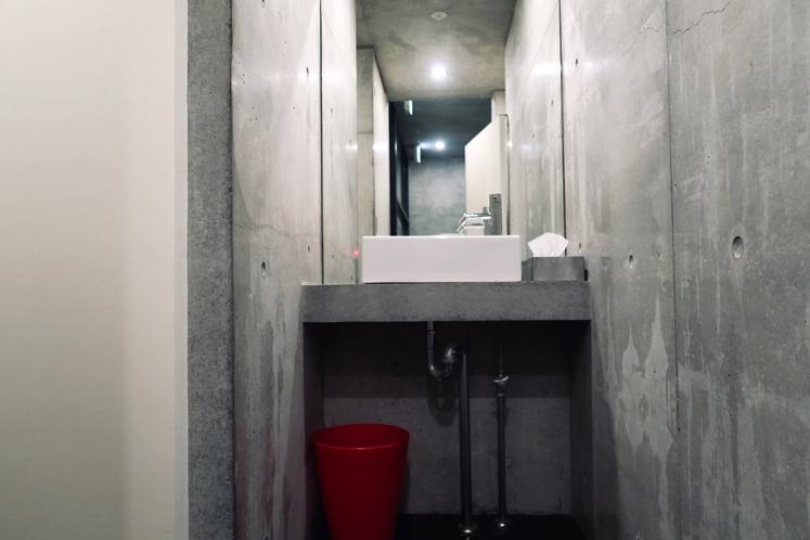 共用の男性専用トイレ、手洗いスペース。