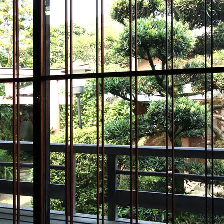 【茶室】母屋の茶室 小さなお部屋の中に16種類もの木材が使われています。