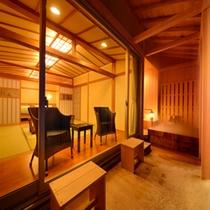 【客室一例】特別室…冬の雪景色に客室のやわらかな明るさが映え、一層あたたかみを感じさせます。