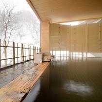 【女性露天風呂】風情ある雪見露天。冬の寒さに体の芯まで温まる湯浴みは格別です。