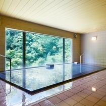 【女性大浴場】開放的な大きな窓が特徴。のびのびと旅の疲れを癒していただけます。