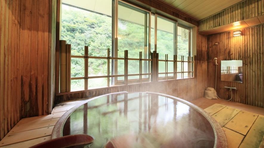 【客室一例】半露天風呂付き客室…陶器製の浴槽が味わいあるお部屋です。もちろん源泉100%掛け流し!