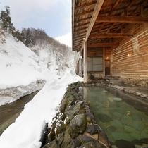 【男性露天風呂】冬の露天風呂。癒されながらも眺める雪に覆われた山は圧巻です。