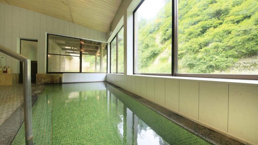 【男性大浴場】夜はもちろん、朝風呂にも気持ち良い大きな窓が特徴です。