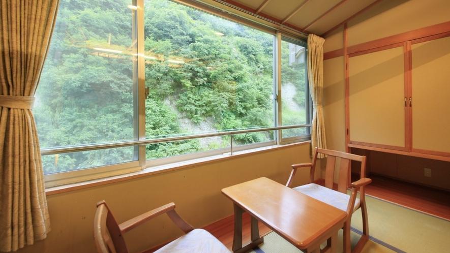 【客室一例】南館客室…渓流沿いのお部屋。川のせせらぎが耳に心地良く、大きな窓は一枚の風景画のよう。