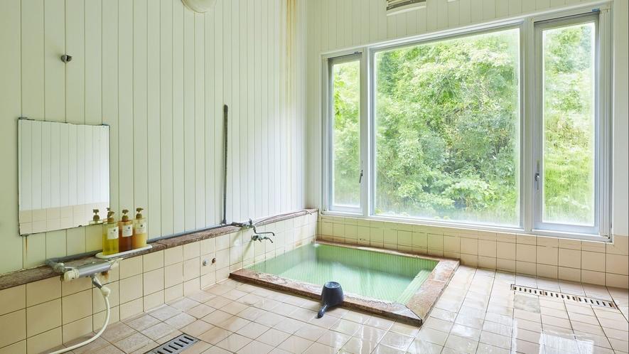 【貸切風呂】大きな窓が開放的。洗い場もある広々とした浴場です。