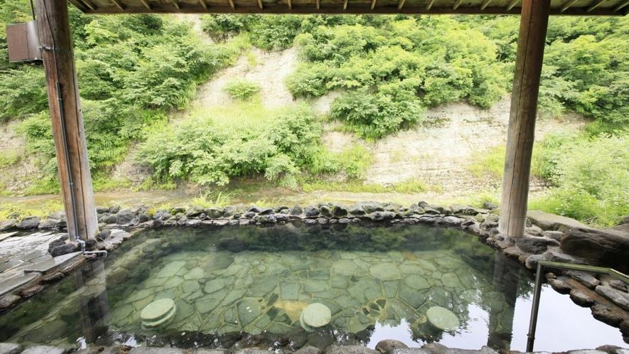 【男性露天風呂】自然に囲まれた当館ならでは、野趣あふれる造りが特徴です。