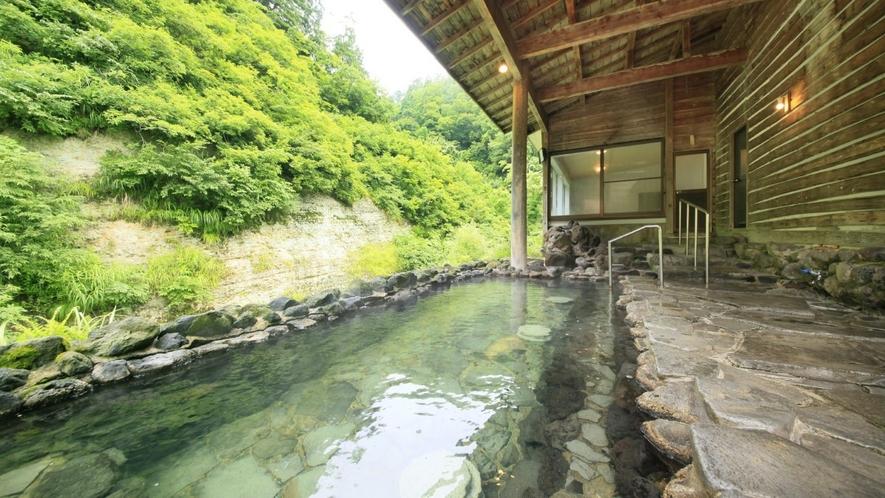 【男性露天風呂】自然のなかに現れたお風呂のような開放感は、森林浴にも似た癒しを感じます。