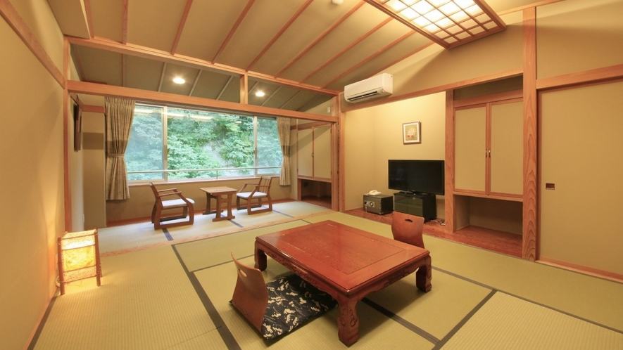 【客室一例】南館客室…渓流沿いのお部屋。明るく清楚な造りの和室です。