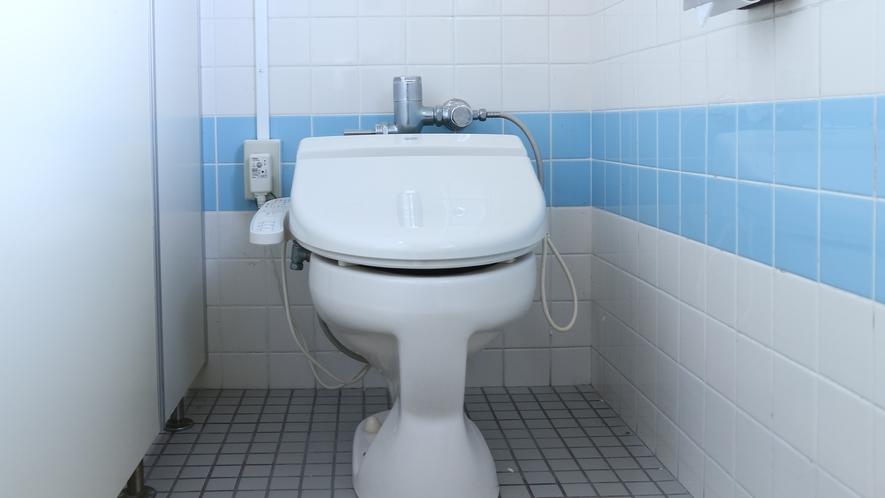 *【館内】共同トイレがございます。温水洗浄機付便座を完備